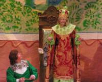 Посылает царь Горох (А. Токарев) Ивана-царевича  (Ю. Русанов) за молодильными яблоками... Фото Елены Гинькиной