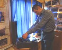 А. Чесноков заводит раритетный патефон. Сеанс связи с прошлым начат! Фото Екатерины Курзеневой