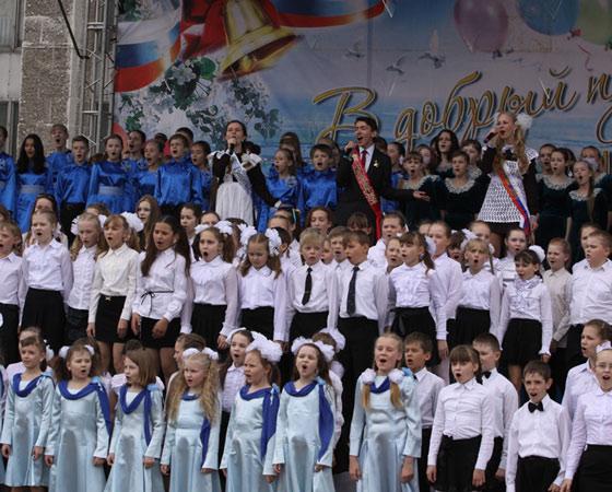 Трогательное вокальное признание в любви городу, школам, учителям.