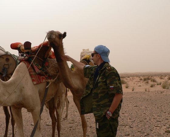 Порой патрули миротворцев передвигаются на верблюдах.