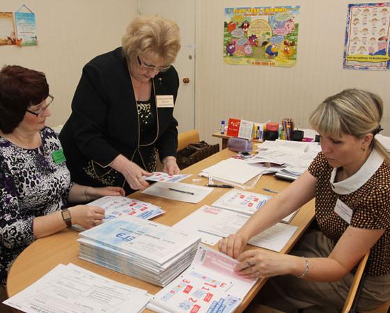 Вскрытие конвертов в пункте приёма экзаменов школы № 2. Фото Валентина Капустина