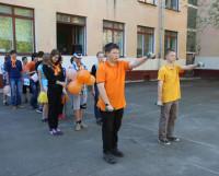 Выступление отряда «Апельсин» на торжественной линейке. Фото Владимира Бербенца