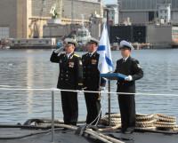 Командир крейсера капитан I ранга Сергей Митяев (крайний слева) на корме подводного крейсера принимает Андреевский флаг. Фото пресс-службы мэрии Северодвинска