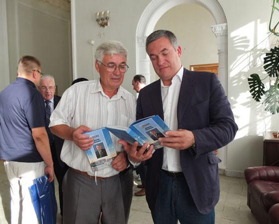 А.Б. Холодов  (слева)  и О.Д. Пашаев с книгой о восьмом директоре Севмаша. Фото Владимира Бербенца