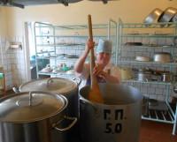 Повар диспансера Наталья Манакова готовит только из свежих и настоящих продуктов. Фото Андрея Мирошникова