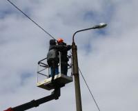 Работники СМУП «Горсвет» меняют алюминиевый воздушный провод на энергосберегающий самоизолированный. Фото Жанны Ляпиной