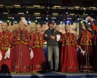 Юрий Шевчук, лидер группы «ДДТ», вместе с Северным русским народным хором исполнил песню «Это всё, что останется после тебя». Фото пресс-службы администрации города Архангельска