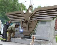 Специалисты Севмаша устанавливают эмблему авианесущего крейсера «Адмирал Горшков» на въезде на территорию школы. Фото Андрея Мирошникова