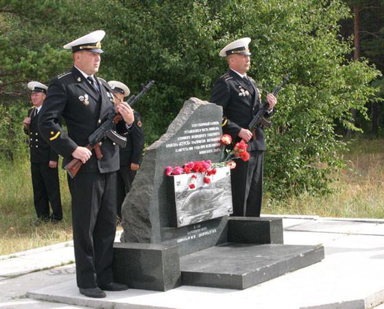 Скорбный камень в память о гибели экипажа атомного крейсера «Курск» 12 августа 2000 года в Баренцевом море. Эту трагедию некоторые иностранные разведчики попытались использовать в своих интересах. Фото Валентина Капустина