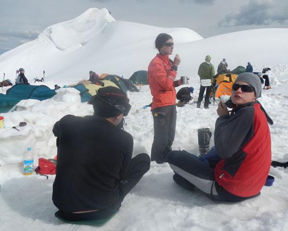 Гора горой, а обед по расписанию.  Фото из архива участников похода