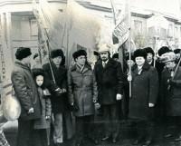 Перед выходом на демонстрацию (Виктор Путилов — второй справа). Фото из семейного альбома В.П. Путилова