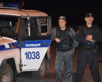 Моя боевая дружина: полицейский-водитель Александр Гильмудинов (слева) и старший патруля Тимофей Маркушев. Фото Сергея Петрова