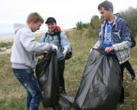 Учащиеся училища № 22 чистили ягринский пляж от мусора. Фото Елены Лещёвой