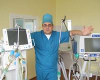 В. Мансуров: «Вы видите два аппарата искусственной вентиляции лёгких: слева — американский, справа — российский. И наш ни в чём не уступает иностранному». Фото Галины Чарупы