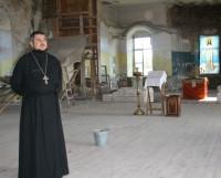 Отец Николай (Ткачук) в верхнем приделе Вознесенской церкви. Фото Елены Лещёвой