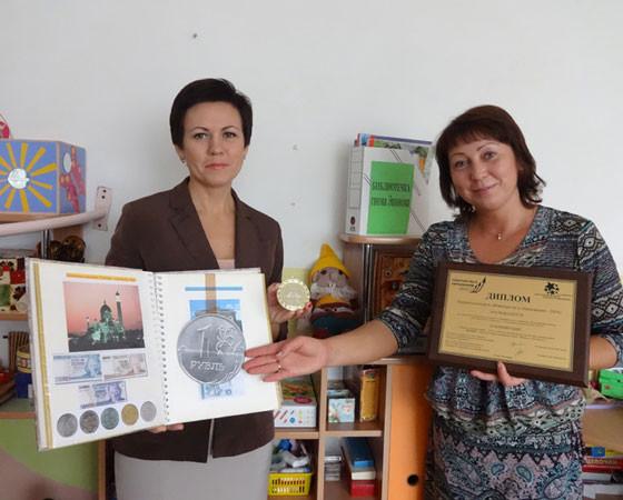 Поиграем в экономику? С дипломом и медалью воспитатели «Морозко» В. Деткова (слева) и Е. Выдрина. Фото Екатерины Курзеневой