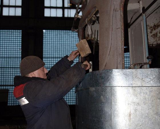 Константин Богомазов рихтует листы бортовой обшивки. Фото автора