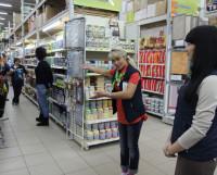 Лучший продавец непродовольственных товаров Виола Черных со своей визитной карточкой на втором этапе конкурса. Фото Андрея Мирошникова