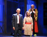 А будет ли свадьба?  Слева направо: Артём (В. Кулаков), Алёна (М. Несговорова), Леонид Иванович (С. Черноглазов). Фото Владимира Тикуса