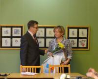 Елена Третьякова получает свидетельство за победу проекта «Мир в фокусе».  Фото автора
