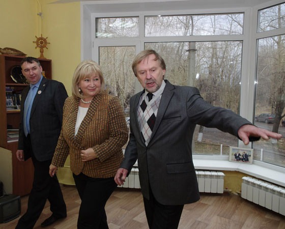 Елену Вторыгину с «Юридической школой» знакомит её директор Александр Васильев. Фото Евгении Легостаевой