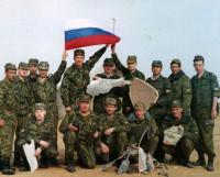 Воины «Стального» дивизиона на полигоне Ашулук (Астраханская область). В центре держит осколок ракеты командир дивизиона Юрий Ковригин. 2001 год. Фото из архива в/ч 92485