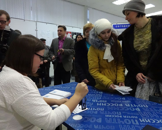 У  столика  выстроилась  очередь  из  желающих  приобрести  заветные  конверты. Фото автора