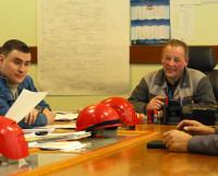 Строительство корабля идёт в хорошем темпе, и настроение у О.А. Лишнёва и его команды тоже хорошее. Фото Олега Перова