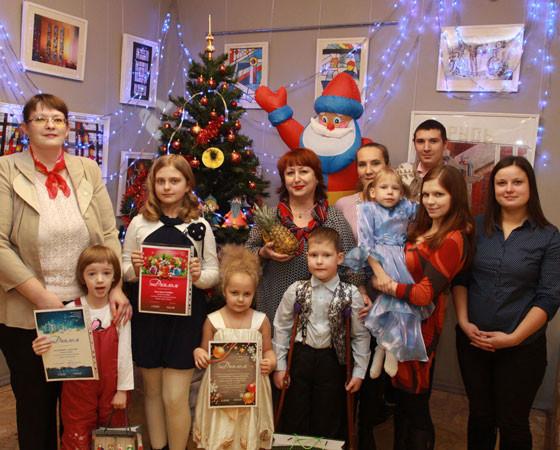 Участники конкурса у новогодней ёлки в редакции. Фото Валентина Капустина