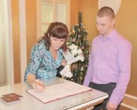 Алексей и Татьяна Костылевы, сочетавшиеся браком в минувшую пятницу, 16 января, заплатили ещё старую пошлину. Фото Андрея Мирошникова