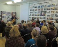 Любимую песню Н.Н. Кочурова вместе с гостями исполняет Владимир Кулаков. Фото Валентина Капустина