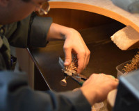 Производство ювелирной продукции — процесс кропотливый и трудоёмкий. Но это того стоит! Кстати, в наступившем году актуальным будет сочетание различных оттенков золота в одном изделии, использование эмали на металле. На пике моды камни высоких характеристик от карата и выше.   Фото Семёна Лишицы