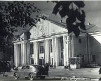 Таким кинотеатр был в начале 60-х годов прошлого века. Фото из архива городского краеведческого музея