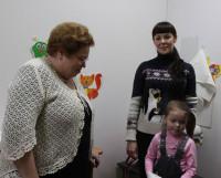 Лариса Меньшикова беседует с посетителями детской поликлиники № 2. Фото Андрея Мирошникова