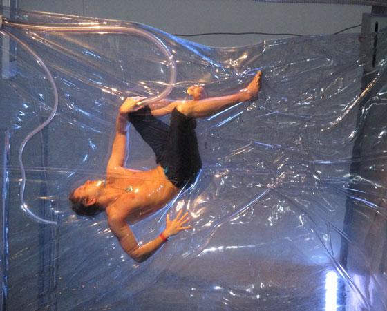 Танцовщик  из  Мурманска Слава говорит, что плёнка не на шутку сдавливает тело.  Фото Галины Чарупы