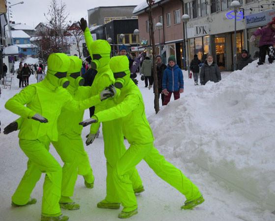 Артистов  швейцарского  коллектива  DA MOTUS!  мы  прозвали  «зелёными человечками». Фото Галины Чарупы