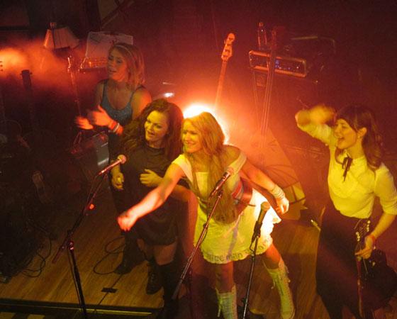 В 2009 году девушки из группы «Катценъяммер» были восхо-   дящими звёздочками Норвегии, а теперь их гастроли по Европе расписаны на месяцы вперёд. Фото Галины Чарупы