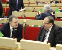 Депутаты-справедливороссы Юрий Шаров (слева) и Виктор Сохин обсуждают повестку сессии. Фото Андрея Мирошникова