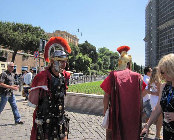 Бутафорские гладиаторы у стен Колизея. Фото Татьяны Воротынцевой
