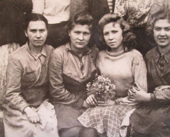 Валентина Александровна (вторая слева) в 1949 году. Слева от неё наставница  Клавдия Мелентьева, справа — бригадир Валентина Козицына. Фото из архива В.А. Разумовой
