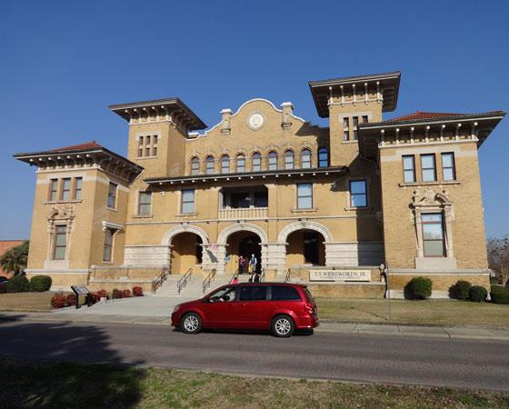 Здание, построенное в начале 1900-х в стиле испанского Возрождения, первоначально использовалось как мэрия. Сейчас здесь располагается Государственный музей, рассказывающий о богатом наследии Западной Флориды. Фото Екатерины Курзенёвой