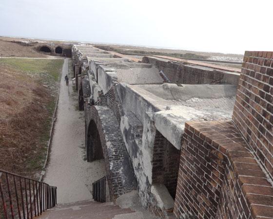 Форт Пикенс — крупнейший из четырёх фортов, построенных для защиты Пенсакола Бэй. Завершён в 1834 году и оставался в использовании до 1947 г. Не был занимаем силами Конфедерации во время Гражданской войны. Фото Екатерины Курзенёвой