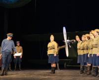 Герои спектакля — лётчики и лётчицы. Фото Андрея Мирошникова