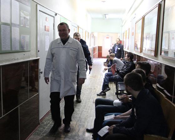 Вот военный комиссариат, здесь встречают молодых ребят. Фото Андрея Мирошникова