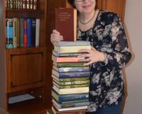 Стопа словарей, справочников, энциклопедий — с человеческий рост! И все они описывают наш родной язык. Фото Елены Никитиной