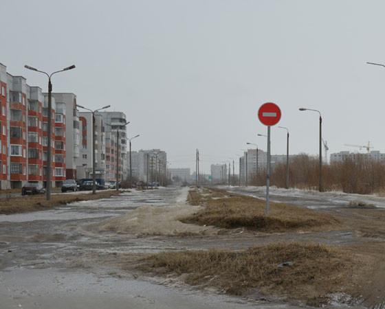 Необходимая для города новая дорога, которая связала бы проспекты Морской и Победы, уже второй раз теряет финансирование в связи с кризисами: сначала 2008 года, а теперь и 2014-го. Фото Елены Никитиной