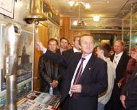 В.Ф. Кологриев под звон рынды встречает гостей музея. Фото из фонда музея