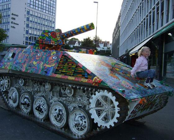 В европейских городах среди обилия скульптур можно встретить разукрашенную военную технику. Шутки шутками, но угрозу со стороны России многие сейчас воспринимают как реальность. Фото из архива Натальи Трофимовой