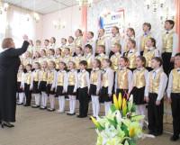 На сцене хор «Веснушки» из 30-й школы (руководитель О.В. Воронцова). Фото Галины Чарупы