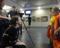 К. Золотарёва  и  Д. Второва  берут  интервью  у   юных  участников  фестиваля  танца. Фото автора